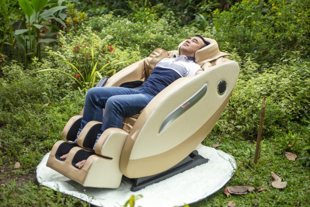 MC Quyền Linh tin dùng Ghế massage Toshiko để thư giãn sau khi làm việc căng thẳng