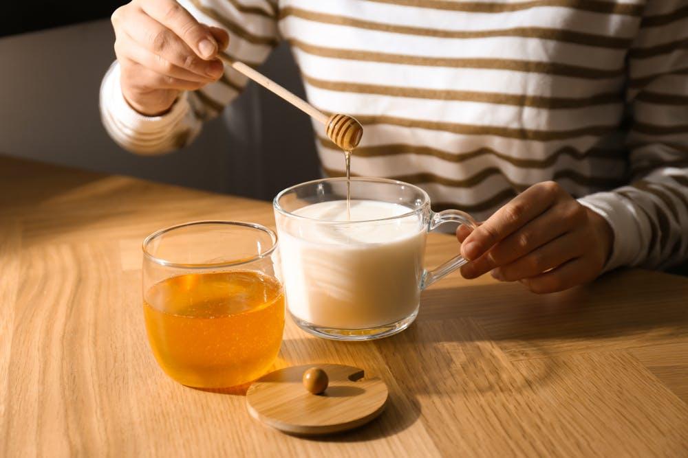 Uống sữa đặc và mật ong