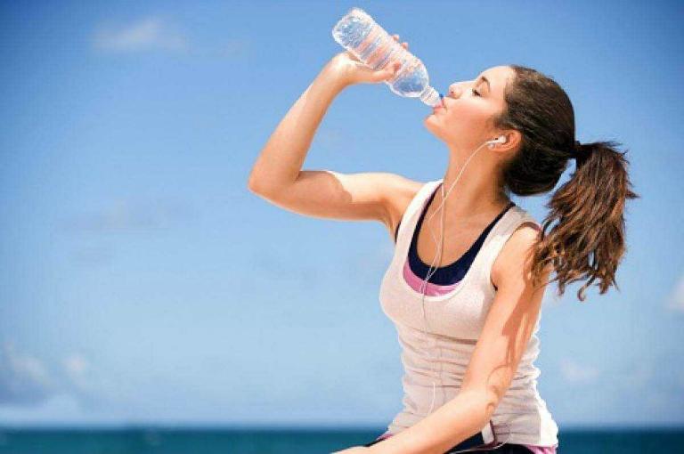 Uống nước nhiều có tăng cân không? Uống bao nhiêu là đủ?