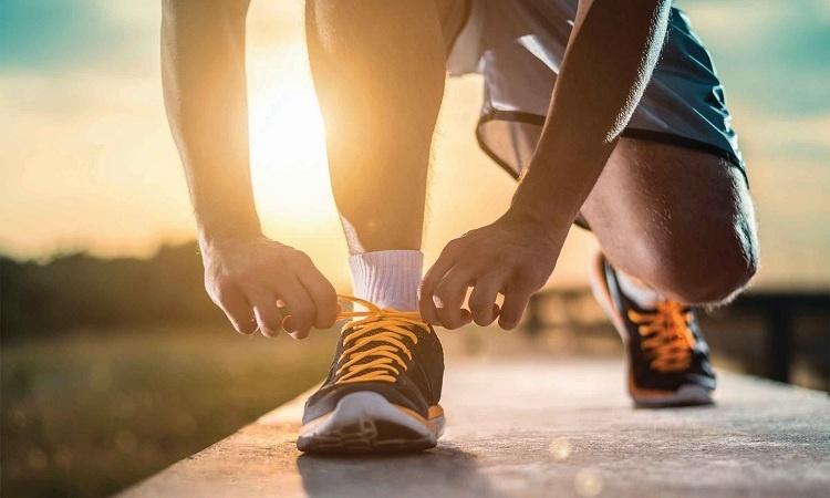 Đi bộ có to chân không